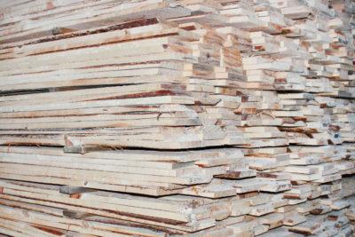 Доска обрезная из сосны и ели размером 25х150х6000 мм